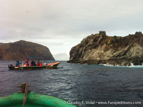 Watching seabirds around the 'motus', Easter Island © Claudio F. Vidal, Far South Expeditions